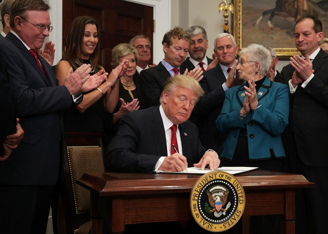 Trump issues executive order to expand private Medicare insurance plans